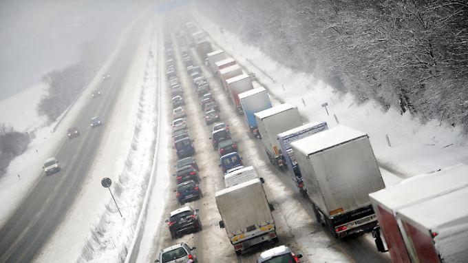 Die Fahrzeuge wurden während des Stehens weiter eingeschneit.