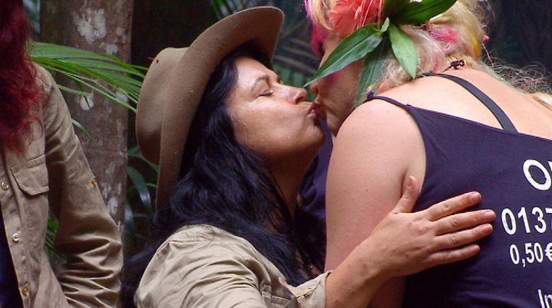 Iris Klein verlässt das Camp, sie verabschiedet sich von Olivia Jones.