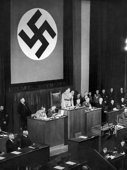"""Die NSDAP ist nun die einzige zugelassene Partei. Der Einparteienstaat ist zementiert. Und Hindenburg? Der greise Reichspräsident zieht sich immer mehr zurück. Widerstand gegen Hitlers Machtausweitung leistet er nicht. Der inzwischen 86-Jährige duldet sowohl das Ermächtigungsgesetz als auch die Aktionen gegen jüdische Geschäfte. Er teilt auch Hitlers Vision der """"Einheit der deutschen Volksgemeinschaft"""". Hindenburg wähnt das """"Deutsche Reich"""" auf dem richtigen Weg."""