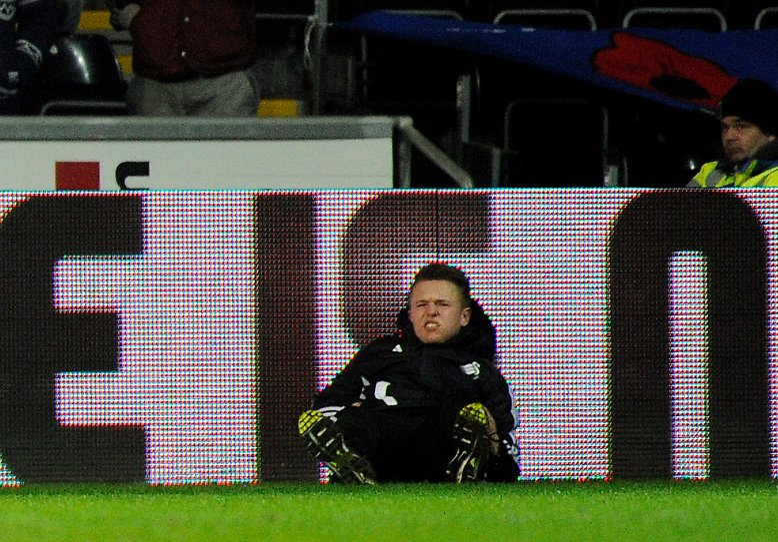 Weil der Balljunge seiner Ansicht nach zu sehr trödelt, verpasst Eden Hazard ihm kurzerhand einen Tritt.