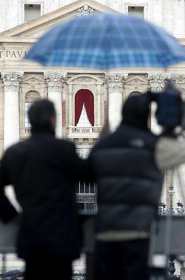 """Spätestens, wenn der Kardinalprotodiakon auf den Balkon des Petersdoms tritt und """"Habemus Papam!"""" (Wir haben einen neuen Papst) sagt, ..."""
