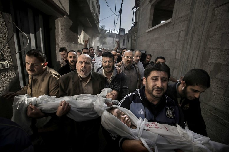 Trauer, Wut, Verzweiflung: Nach einem israelischen Raketenangriff im Gaza-Streifen halten Männer zwei getötete Kinder in den Armen.