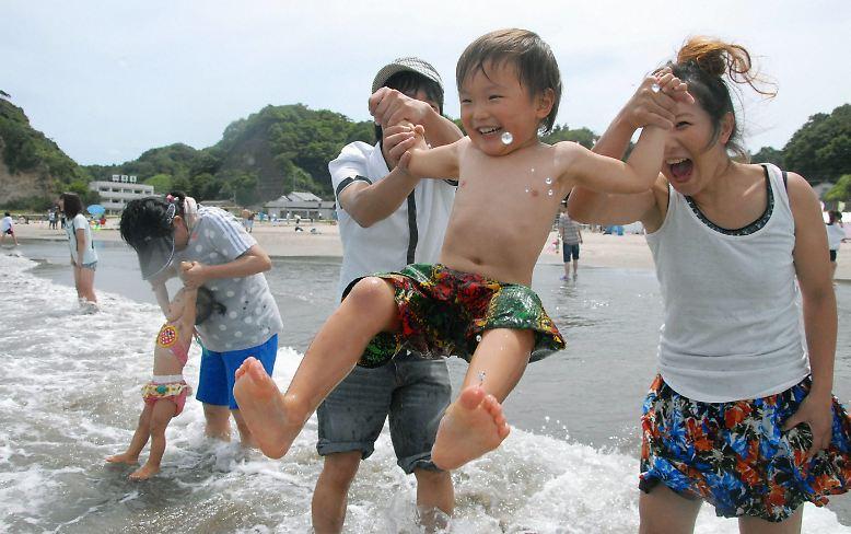 Ausgelassene, planschende Kinder und glückliche Eltern: Ein typischer Sommertag am Meer, könnte man meinen. Doch die Idylle trügt, denn es ist nicht irgendein Strand, ...