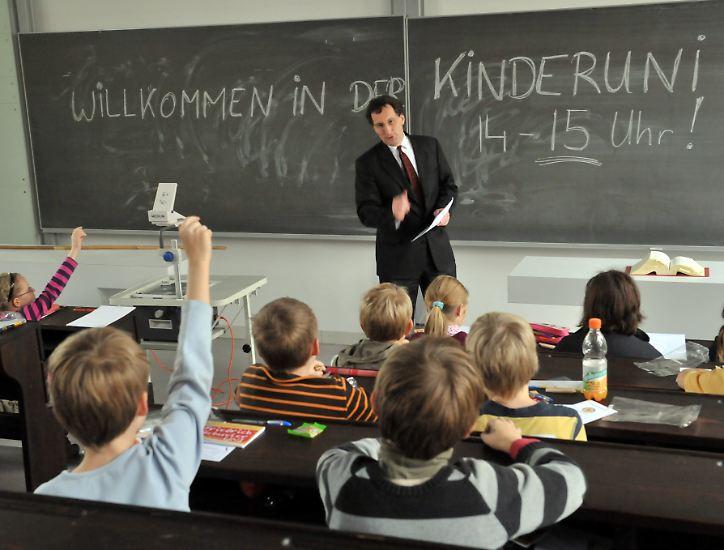 Intelligenz ist jenes Zauberwort, das man gerne aufgeweckten Schülern zuordnet. Sie müssen dabei gar nicht die gebildetsten sein, denn intelligent sein, heißt nicht, viel zu wissen.
