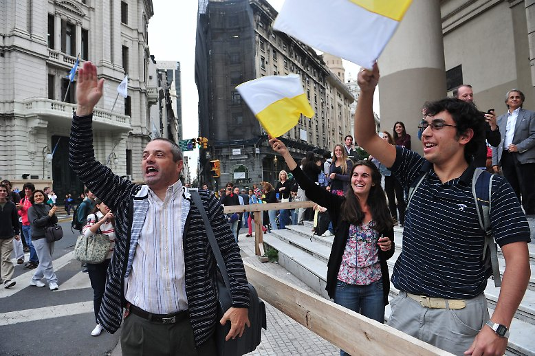 Auf den Straßen von Buenos Aires, der Hauptstadt von Argentinien, bricht spontaner Jubel aus.