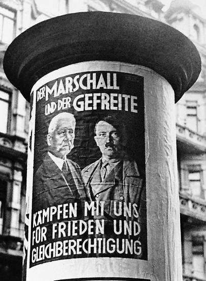 """Die Reichstagswahl am 12. November ist gleichzeitig eine Volksabstimmung über den Austritt Deutschlands aus dem Völkerbund. """"Der Feldmarschall und der Gefreite"""" heißt es auf den Plakaten, die Reichspräsident und -kanzler gemeinsam zeigen."""