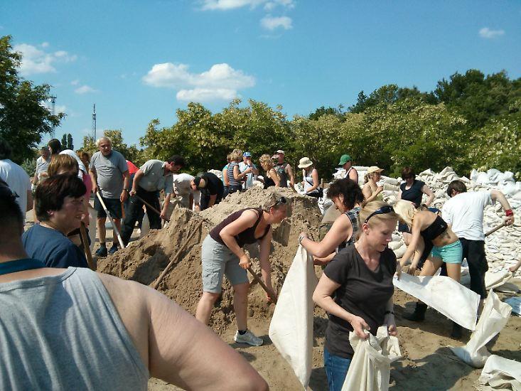 Noch am Sonntagmorgen versuchten zivile Helfer, den Elbdeich bei Fischbeck in Sachsen-Anhalt zu verstärken. Doch am Mittag war für sie Schluss. Die Lage war einfach zu gefährlich.