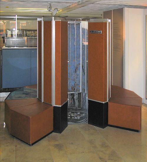 """Das ist ein """"Cray 1"""". Er galt 1976 als der schnellste Computer der Welt und erreichte 167 Millionen FLOPS (Floating Point Operations Per Second/Gleitkomma-Operationen pro Sekunde)."""