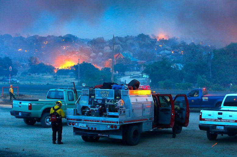 Lodernde Flammen, verzweifelte Einsatzkräfte: Tagelang fressen sich Buschbrände durch einen Landstrich im US-Bundesstaat Arizona. Diese Feuerwehrleute bereiten sich auf den Einsatz vor.