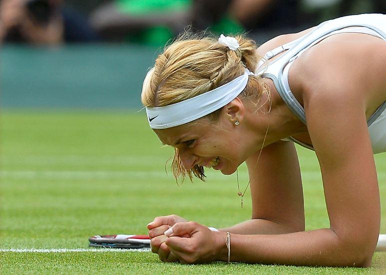 Sabine Lisicki, wie sie auf dem Heiligen Rasen von Wimbledon lacht.
