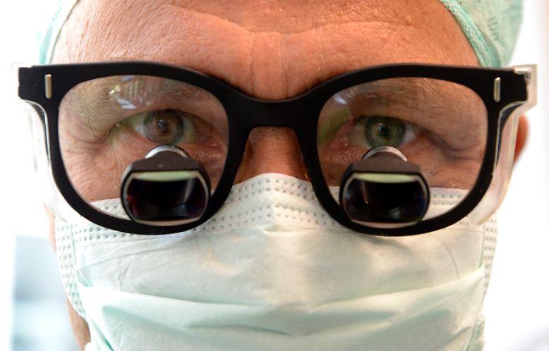 Prof. Dr. Karl Oldhafer ist hochkonzentriert.