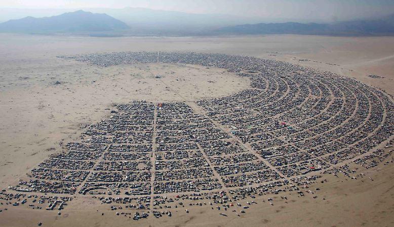 Mitten in der staubigen, lebensfeindlichen Wüste, in der Black Rock Desert im US-Bundesstaat Nevada ...