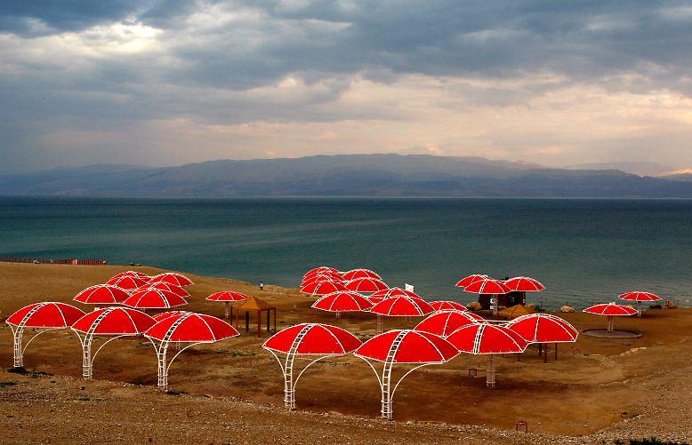 Das Tote Meer - eigentlich ein See - liegt 417 Meter unter dem Meeresspiegel. Es grenzt an Jordanien, Israel und das Westjordanland.