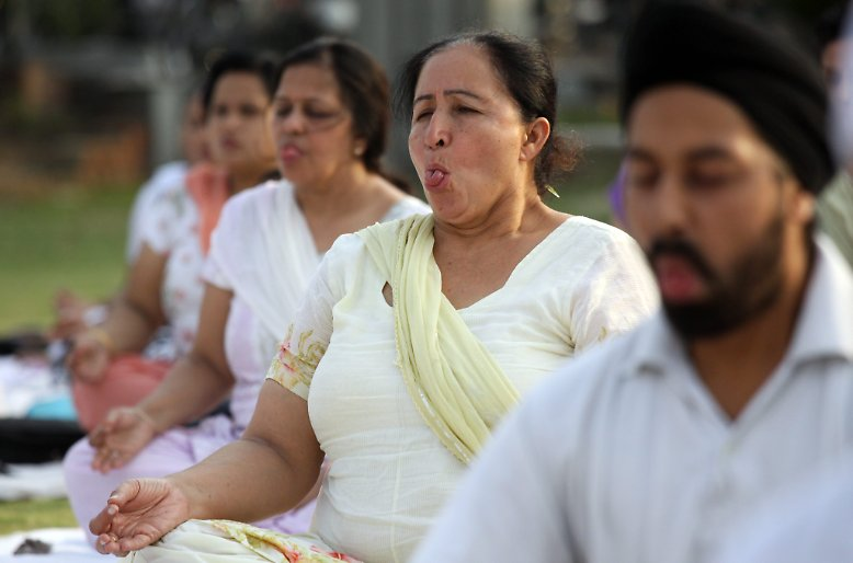 Die philosophische Lehre, die ursprünglich aus Indien kommt, bringt geistige und körperliche Übungen zusammen, um den Weg zur Selbsterkenntnis gehen zu können.