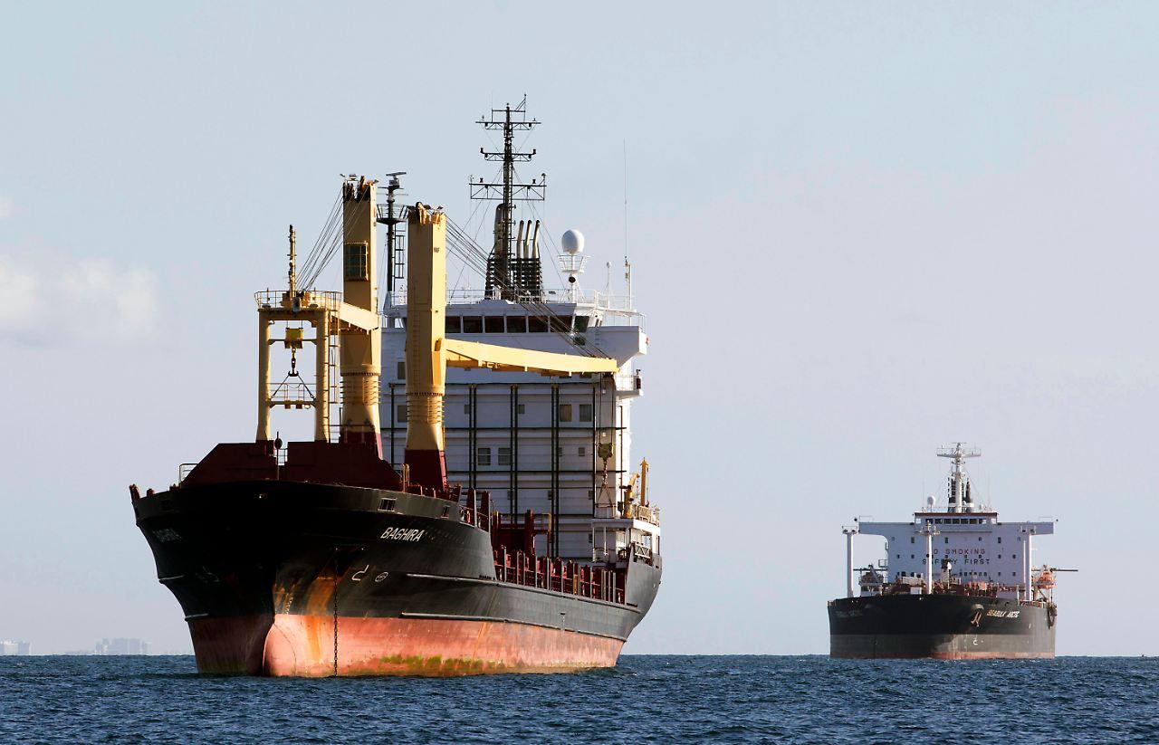importierte. Ö 7,6 Mio. t Rohöl aus 16 Staaten und 7,1 Mio. t Fertigprodukte (hauptsächlich Benzin und Diesel) D ,7 Mio. t Rohöl und 28,6 Mio. t Fertigprodukte.