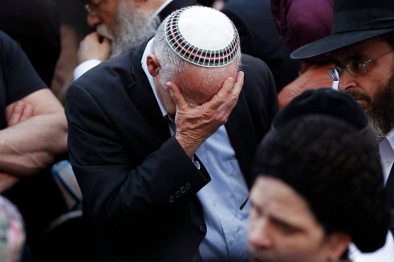 Ein grausames Attentat erschüttert die Heilige Stadt: Im Westen von Jerusalem - dem Zentrum dreier Weltreligonen - überfallen zwei Palästinenser eine Synagoge.
