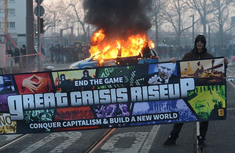 Gleich zum Beginn des Protesttages der kapitalismuskritischen Blockupy-Bewegung gegen die europäische Krisenpolitik kommt es in Frankfurt am Main zu den befürchteten Ausschreitungen.