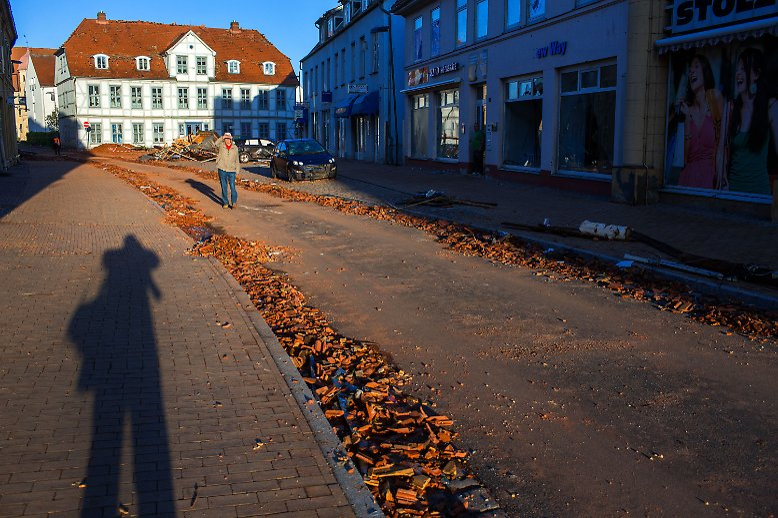... jedoch laufen die Aufräumarbeiten auf Hochtouren. Am Morgen waren die Hauptstraßen teilweise schon wieder befahrbar.