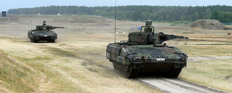"""Mehr als 1000 PS, 30.000 Komponenten, eine herausragende Panzerung: Die Bundeswehr nimmt den Schützenpanzer """"Puma"""" offiziell in Dienst."""