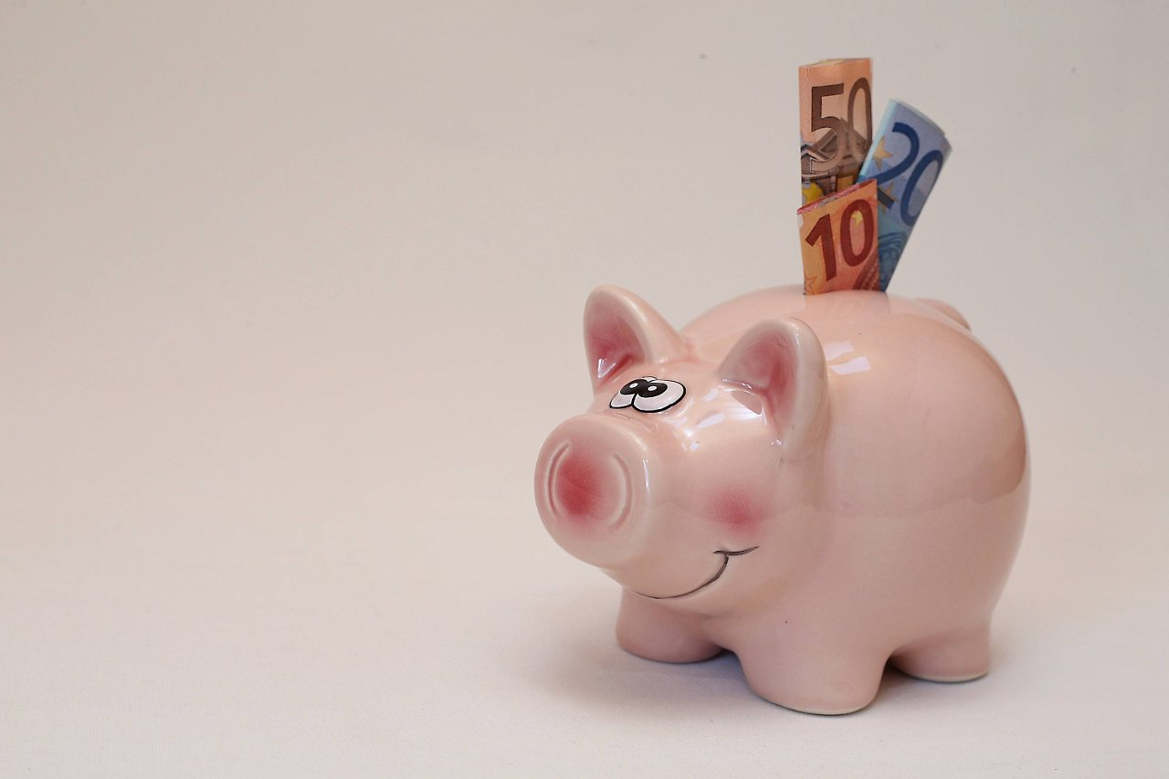 Vergleich Tagesgeld Täglich fällige Spareinlagen, über die man via Internet rasch disponieren kann, bezeichnet man auch als Tagesgeld. Gerade beim Tagesgeld gibt es immer wieder interessante Zinsangebote von (oft auch noch relativ unbekannten) Banken.