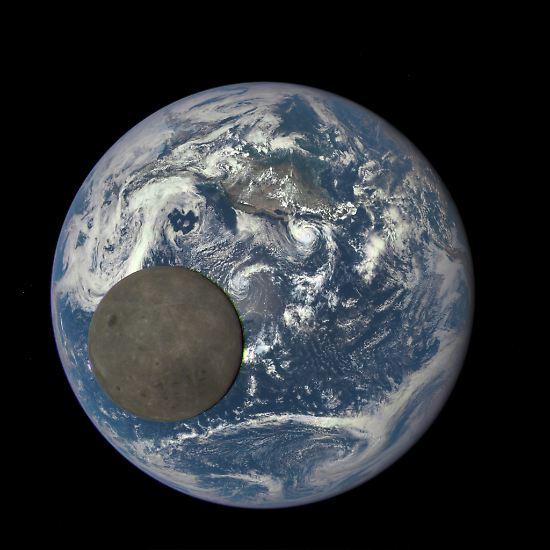 So ungewöhnlich der Blick auf seine erdabgewandte Seite auch ist: Dieser Mond ist uns vertraut. In einer ...