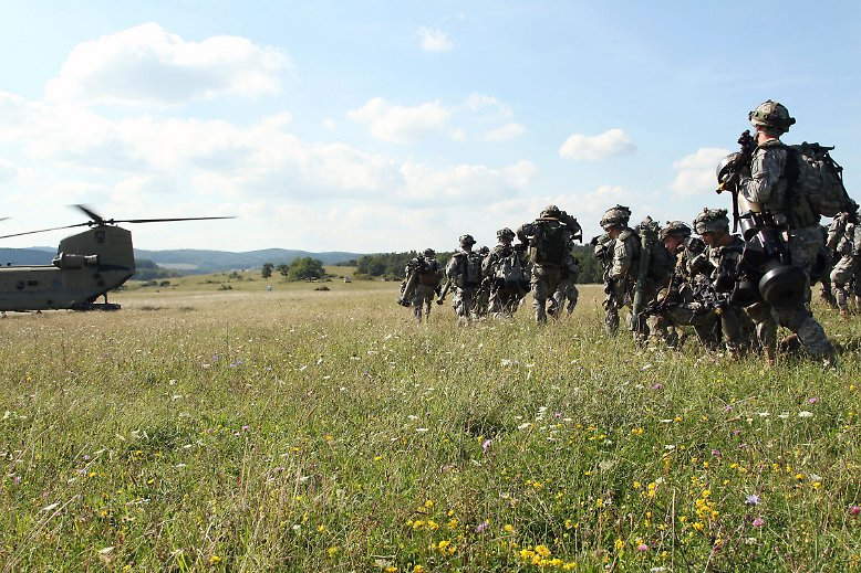 Martialischer Auftritt in der oberpfälzischen Sommeridylle: An einem Truppenübungsplatz zwischen Nürnberg und Regensburg machen sich schwer bepackte Soldaten zum Sprung bereit.