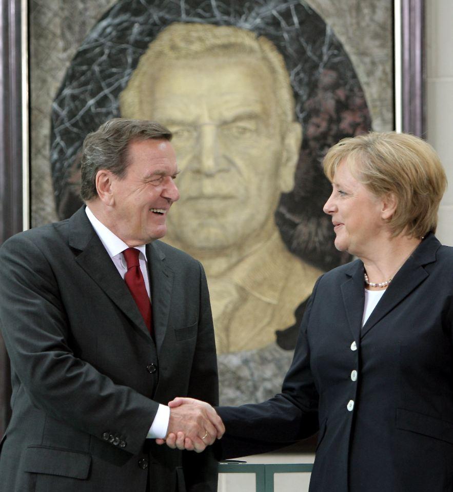 angela merkel und gerhard schrder treffen 2007 bei der prsentation seines portrts im bundeskanzleramt zusammen - Gerhard Schrder Lebenslauf