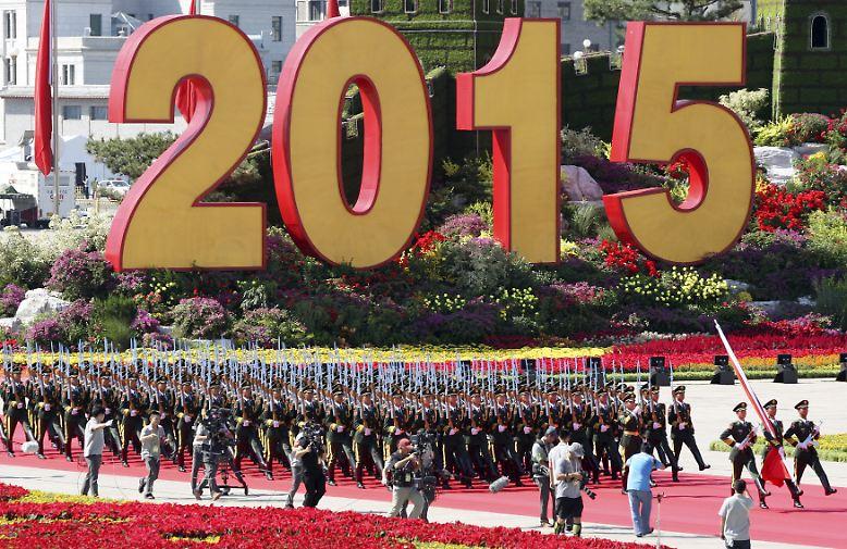 Riesenspektakel in der chinesischen Hauptstadt: Mit 70 Schuss Salut und einer Flaggenzeremonie beginnen in Peking die Feiern zum 70. Jahrestag des Kriegsendes in Asien.