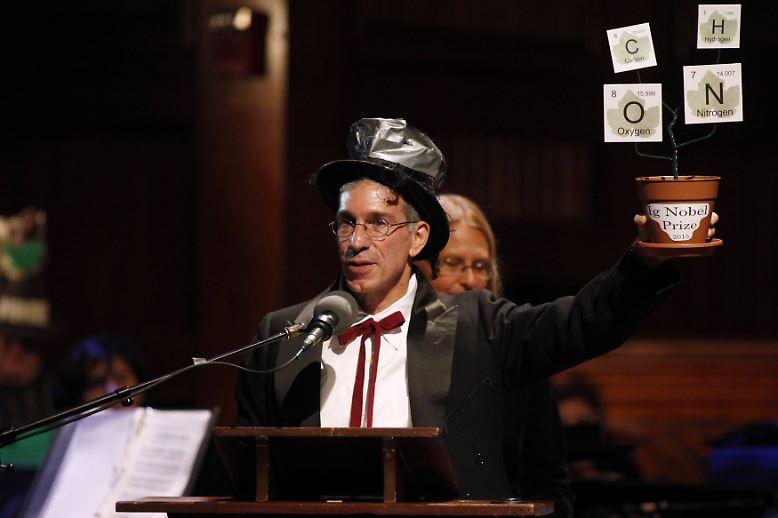 """Marc Abrahams moderierte die Veranstaltung wie gewohnt mit ramponiertem Zylinder und beendete auch die 25. Ausgabe wieder mit seinen traditionellen Abschlussworten: """"Wenn Sie dieses Jahr keinen Ig-Nobelpreis gewonnen haben - und besonders dann, wenn Sie einen gewonnen haben: mehr Glück im nächsten Jahr!"""" (abe/dpa)"""