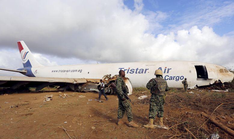 Wenige Kilometer vor der somalischen Hauptstadt Mogadischu musste ein voll beladener Fracht-Airbus landen. Die Maschine aus Kairo kam auf einer Piste sicher zum Stehen.