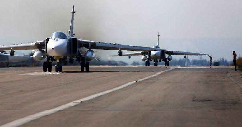 Startvorbereitungen im russischen Luftwaffenstützpunkt bei Latakia im Nordwesten Syriens: Russische Angriffsflugzeuge vom Typ Suchoi Su-24 rollen an den Start.
