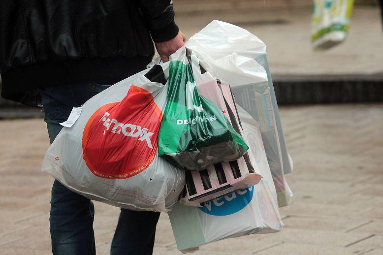 Das Schleppen von schweren Einkaufstüten kann einem schnell mal die Freude an den Schnäppchen nehmen.