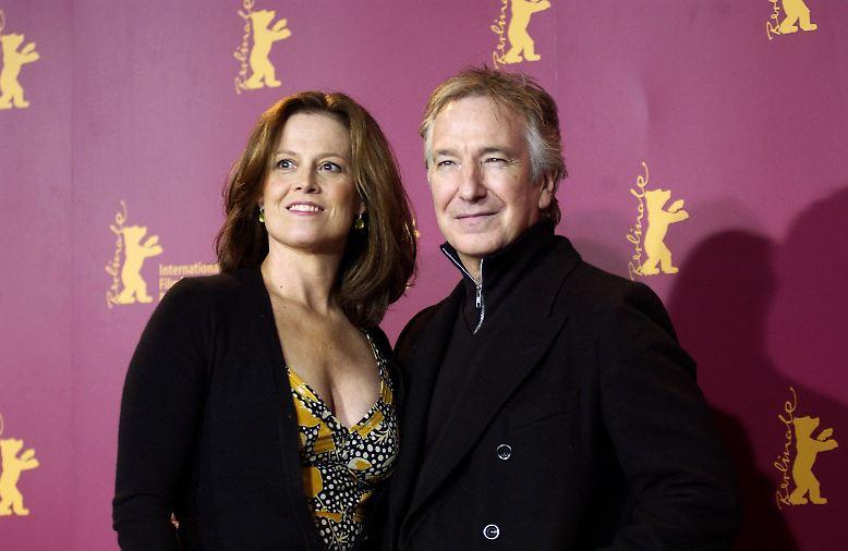 Er war ein Charakterdarsteller aus der höchsten Liga der Schauspielkunst: Alan Rickman - hier bei einem Auftritt bei der Berlinale 2006 an der Seite von Sigourney Weaver (l.) - konnte auf der Leinwand in die unterschiedlichsten Rollen schlüpfen.