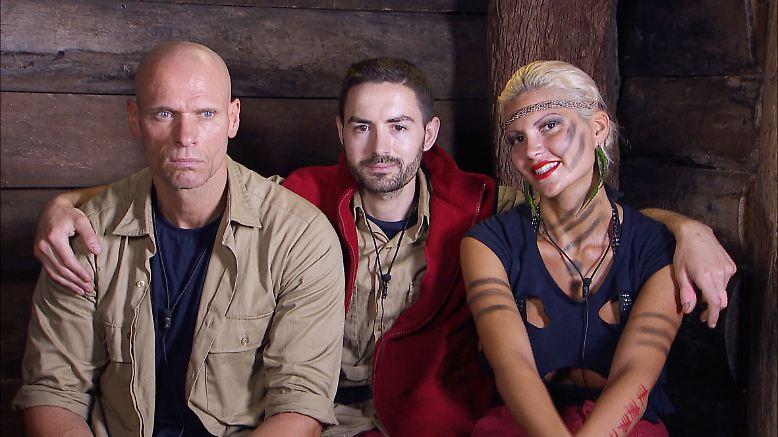 """Da sind sie, die drei Finalisten aus der Jubiläumsstaffel von """"ICH BIN EIN STAR - HOLT MICH HIER RAUS!"""". Glücklich vereint schauen sie ihrem letzten Prüfungstag im Dschungel entgegen. Doch das Paradies …"""