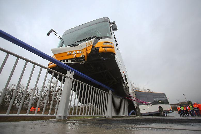Mit viel Glück entgeht Mainz einer Katastrophe: Im Süden der Landeshauptstadt von Rheinland-Pfalz stößt ein Auto mit einem Stadtbus zusammen.