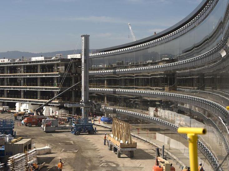 Apple baut eine riesige neue Firmenzentrale, die an ein Raumschiff erinnert und auf den bisherigen Bildern des Mammutprojekts beeindruckend aussieht. Doch auch ein anderer kalifornischer Technik-Gigant ...