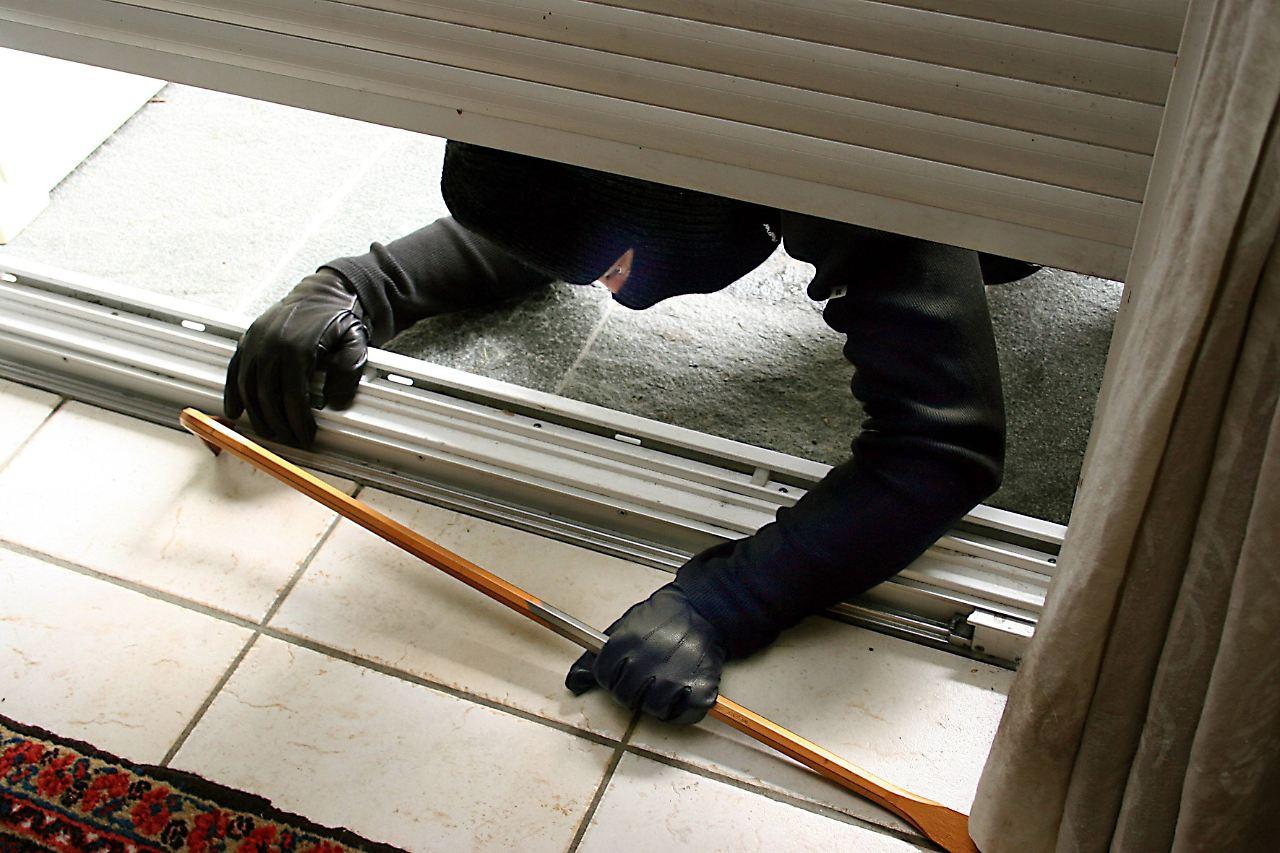 h rde f r einbrecher rolll den gegen hochschieben sichern n. Black Bedroom Furniture Sets. Home Design Ideas