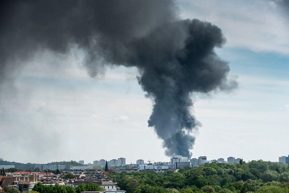 halle soll kontrolliert abbrennen brand in berliner asia center ausgebrochen n. Black Bedroom Furniture Sets. Home Design Ideas