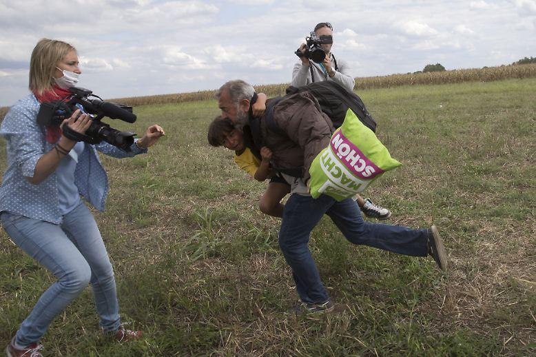 Die Bilder gingen um die Welt: Osama Abdul Mohsen flieht mit seinem Sohn Zaid auf dem Arm vor der ungarischen Polizei - ...