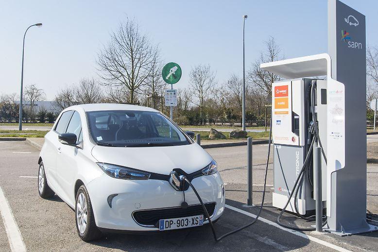 Der Kleinwagen Renault Zoe ist der aktuelle E-Auto-Bestseller in Europa. Hierzulande steht der Franzose für mindestens 21.500 Euro in der Preisliste, hinzu kommt eine monatliche Batteriemiete von 49 Euro. Renault hat angekündigt, zusätzlich zum Herstelleranteil weitere 1000 Euro vom Preis nachzulassen, ...