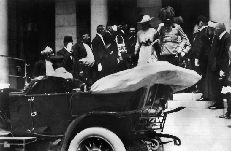 Dieses Pärchen werden Sie nicht erkennen. Oder doch? Es ist das österreichische Thronfolgerpaar im Jahr 1914 - kurz vor dem Attentat, das den Ersten Weltkrieg auslöste und die Doppelmonarchie Österreich-Ungarn in der Konsequenz begrub.