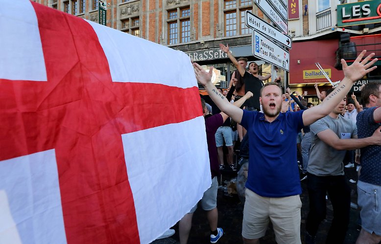 Und wieder münden alkoholschwangere Feiern von Fußballfans bei der EM ...