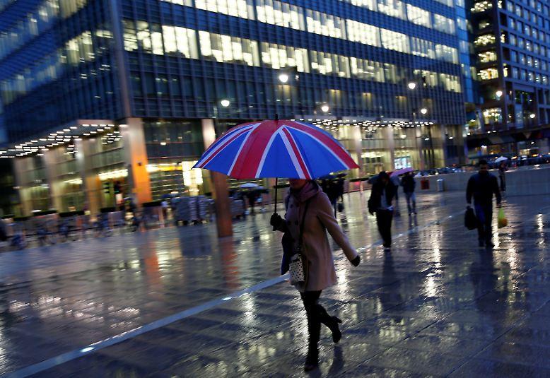 Zu den größten Verlierern dieser Entscheidung gehören die Geldinstitute. Der Finanzplatz London wickelt ein Fünftel aller Finanztransaktionen weltweit ab. Allein in Großbritannien beschäftigt die Branche mehr als eine Million Menschen.
