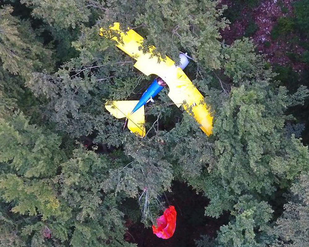 Warten auf Rettung: Nach Rettung des Piloten brennt Flugzeug komplett aus