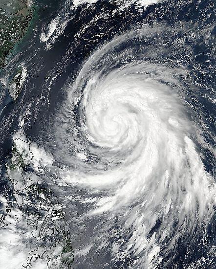 """Sturmtief """"Megi"""" ist bereits der dritte Taifun innerhalb von nur zwei Wochen: In den tosenden Starkwinden und ergiebigen Niederschlägen verlieren fünf Menschen ihr Leben. Rund 527 werden verletzt, wie das Krisenzentrum in Taipeh berichtet."""