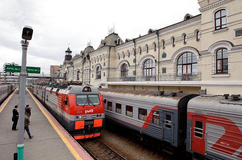 Die Transsibirische Eisenbahn ist ein Teil der russischen Identität. Die Eisenbahnstrecke führt von Moskau bis nach Wladiwostok am Pazifik und ist mit 9288 Kilometer die längste der Welt. Im Oktober 2016 feiert die Transsib ihren 100. Geburtstag.