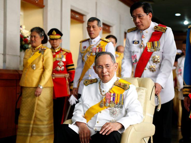 Monatelang hatte sein Volk um ihn gebangt, nun ist Thailands König Bhumibol Adulyadej mit 88 Jahren in Bangkok gestorben.