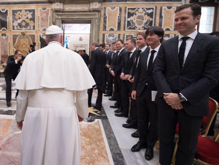 Die deutsche Fußball-Nationalmannschaft ist von Papst Franziskus im Apostolischen Palast des Vatikans zu einer Privataudienz empfangen worden.