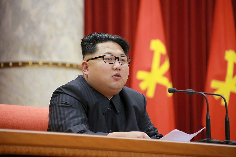 Kim Jong Un ist nicht nur in seiner politischen Position völlig unantastbar. Der Mann ist auch modisch ein echtes Schwergewicht in dem Land vor unserer Zeit.