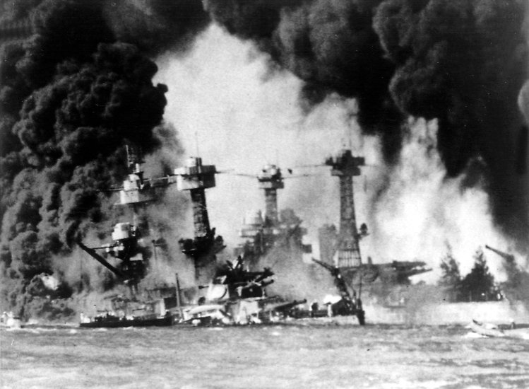 Es ist der 7. Dezember 1941 - ein Sonntag: Seit mehr als zwei Jahren tobt der Zweite Weltkrieg. An diesem Tag greift die japanische Luftwaffe die US-amerikanische Pazifikflotte an, die in Pearl Harbor auf Hawaii vor Anker liegt.